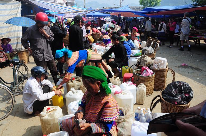 Buôn bán rượu ngô tại chợ phiên vùng cao