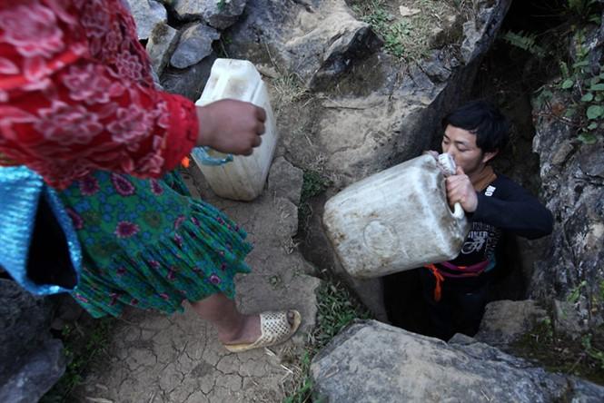 Lấy nước ở dưới khe núi đá để nấu rượu ngô Hà Giang