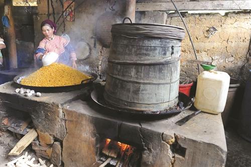 Chảo, chõ gỗ là những dụng cụ chính để nấu rượu ngô thủ công