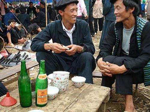 Uống rượu ngô khi đi chợ phiên