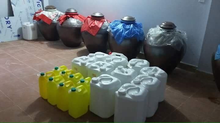 Rượu ngô truyền thống đa số được đựng vào can nhựa dễ dàng sử dụng