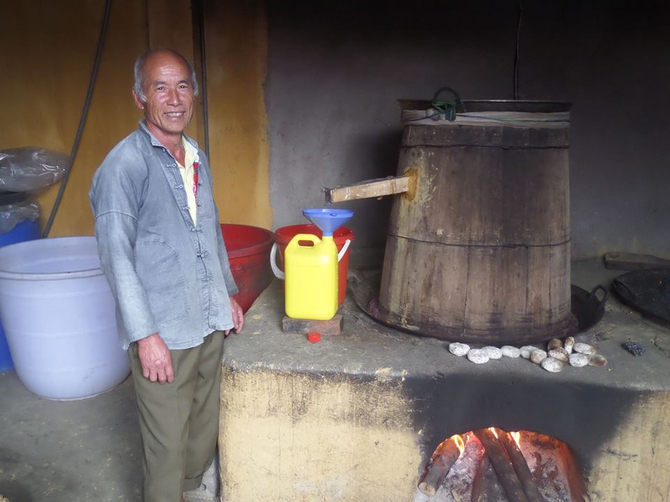 Nấu rượu ngô thủ công trong các hộ gia đình đã trở thành một nét văn hóa